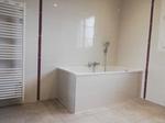 mise enplace d'une baignoire, plombier, chauffagiste, électricien